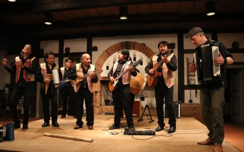 es war mir ein Vergnügen mit Canto Sur eine Cumbia zu spielen. Diese fantastische Gruppe kommt aus meiner Heimatstadt Sucre in Bolivien.